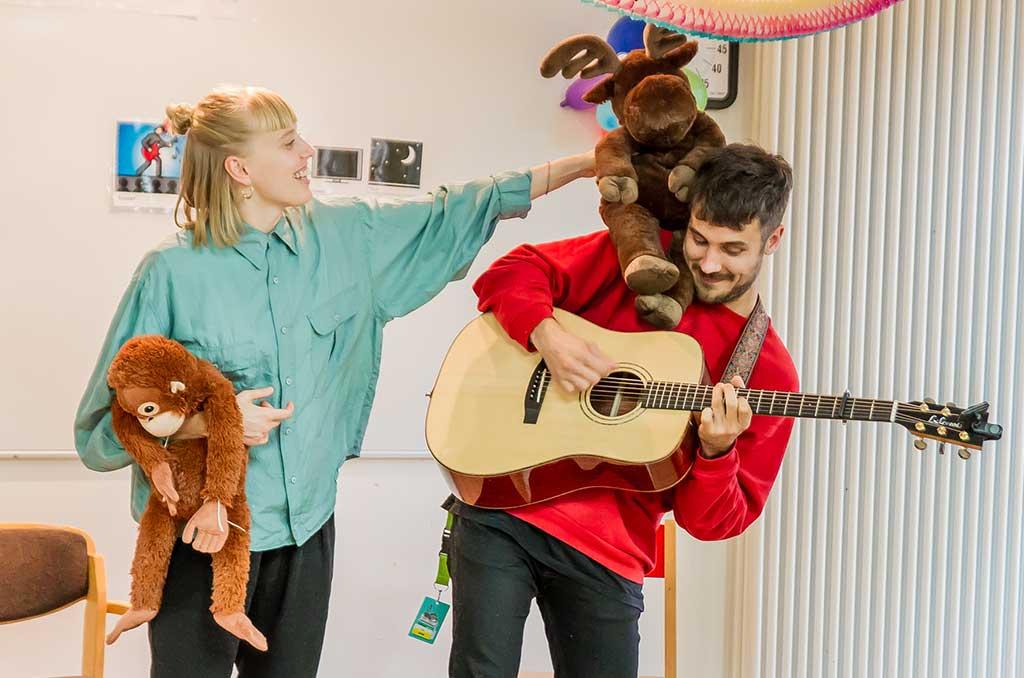 Sechs Konzerte in sieben Tagen: Teil der ersten Kinderklinikkonzerte-Tour 2019 ist auch LEA. Hier mit Stofftier und Gitarrist beim ihrem Auftritt in Neustadt in Holstein.