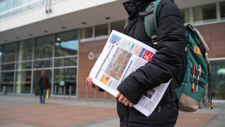 Student mit Zeitschrift
